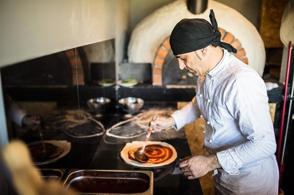 W Lipo pizzę przygotowuje włoski pizzaiolo.