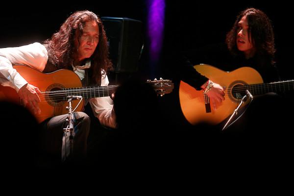 """Jose Fernandez Torrez """"Tomatito"""" z zespołem pokazał, że prawdziwe flamenco rozpali do czerwoności nawet najbardziej opornego słuchacza. Podczas koncertu przedstawił publiczności swojego utalentowanego syna Jose(po prawej), który był jednym z członków jego zespołu."""
