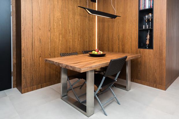 Drewno w mieszkaniu Roberta jest elementem stałym i powtarzalnym.