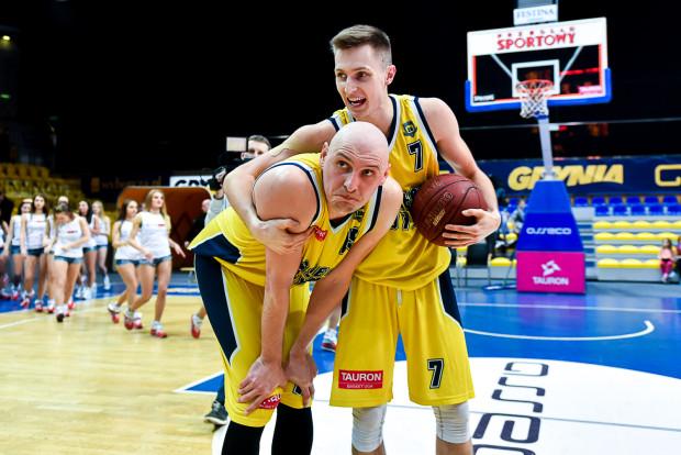 """""""Dokonaliśmy tego"""" - może powiedzieć Sebastian Kowalczyk (z piłką) do Przemysława Frasunkiewicza. Asseco Gdynia zagwarantowało sobie udział w play-off."""