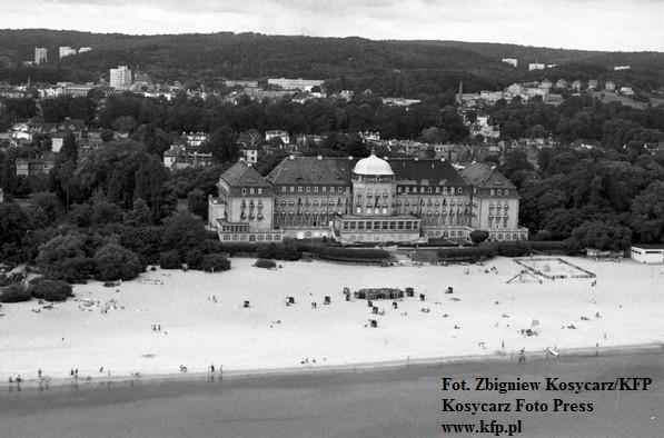 Secesyjny, lub - jak wielu woli - neobarokowy styl hotelu stanowił idealny materiał na filmowe pocztówki. Jeśli więc ekipa zdjęciowa pojawiała się w Sopocie, to prędzej czy później można ją było spotkać w okolicach Grand Hotelu.