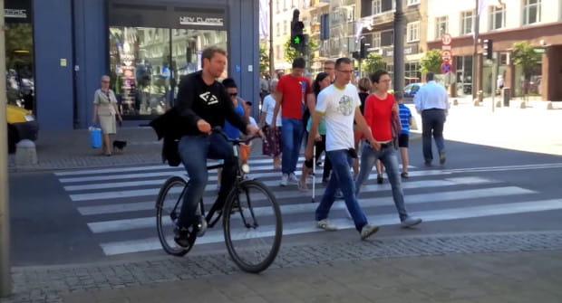 O tym, że policjanci powinni w równym stopniu dyscyplinować łamiących przepisy kierowców i rowerzystów jadących np. po chodniku przekonywali wszyscy.