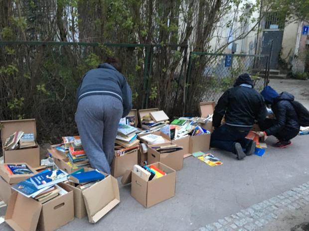 Książki wystawione na ulicę w Oliwie.