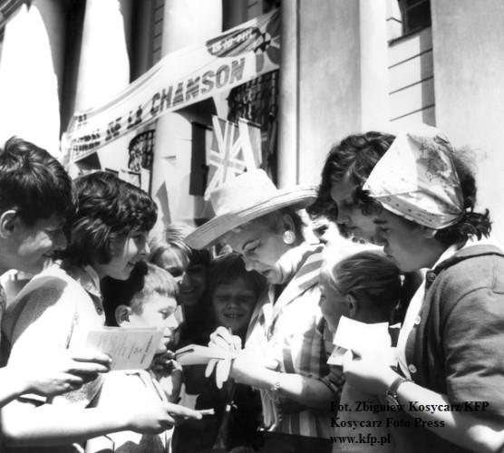 Hanna Bielicka rozdaje autografy przed Grand Hotelem, 1963 rok.