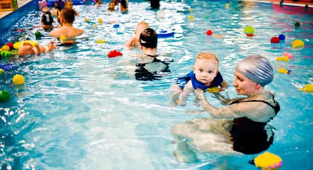 Nauka pływania dla najmłodszych dzieci jest coraz bardziej popularna.