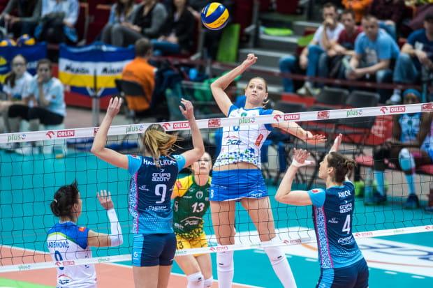 W trzech finałowych meczach Zuzanna Efimienko (atakuje) i jej koleżanki urwały Chemikowi tylko seta.