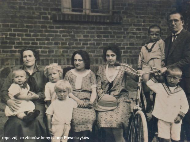 Rodzice Ireny, czyli Agnieszka i Bernard wraz z dziećmi. Pośrodku siedzą dwie nauczycielki. Zdjęcie wykonano na tle szkoły w Karczemkach.