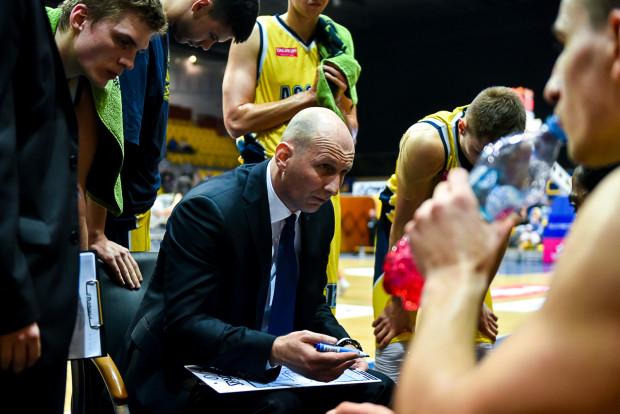 Trener Asseco Gdynia - Tane Spasev (na zdjęciu w środku) uważa, że sezon 2015/2016 był w wykonaniu jego drużyny wielkim sukcesem, którego nie przyćmi nawet gładko przegrana seria ze Stelmetem BC Zielona Góra.