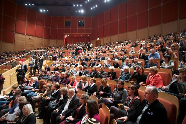 Spóźnialscy często zapominają, że z chwilą rozpoczęcia koncertu miejscówka, jaką mają przypisaną na bilecie, przestaje obowiązywać. Dopilnowanie tego, aby wchodząc po rozpoczęciu nie robili zamieszania na widowni, należy do obowiązków obsługi.
