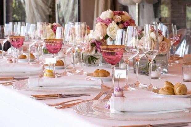 Wino na komunijnym stole nie dziwi i nie oburza, ale mocnych trunków gościom się nie podaje.