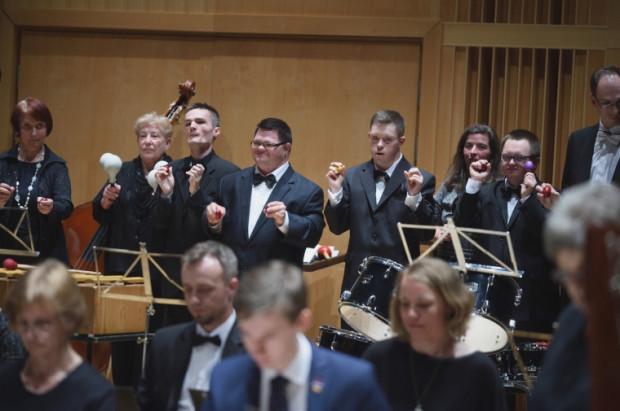 Nieważne czy stoi się z przodu czy z tyłu - każdy w tej orkiestrze jest ważny i gra na tyle, na ile pozwalają jego możliwości.