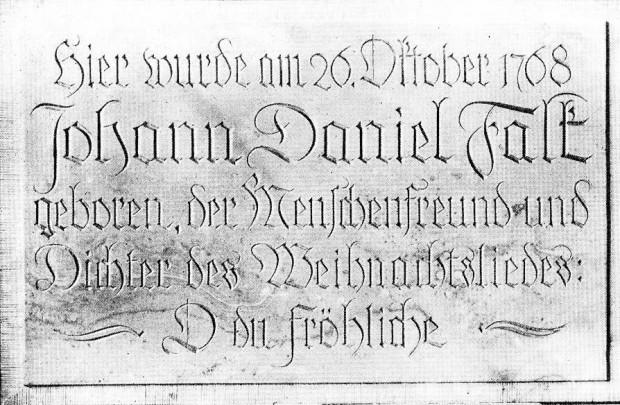 Zdjęcie pamiątkowej tablicy wykonanej z piaskowca, która została zawieszona na domu rodzinnym Falka w lutym 1926 r. Zwraca uwaga błędna data jego narodzin. Obecnie badacze są zgodni, że prawidłowa to 28 października 1768 r.
