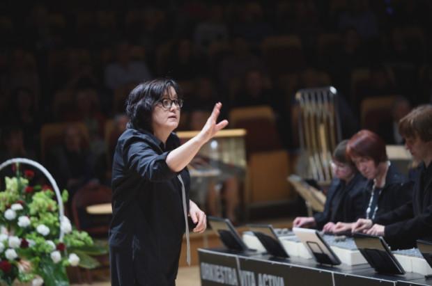 Wszystkie kompozycje i aranżacje utworów dla Orkiestry Vita Activa przygotowuje dyrygentka i kierownik artystyczny Orkiestry - Mirosława Lipińska.