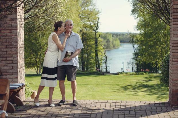 John Borrell i Anna Rospond Borrell na tarasie z widokiem na Jezioro Białe