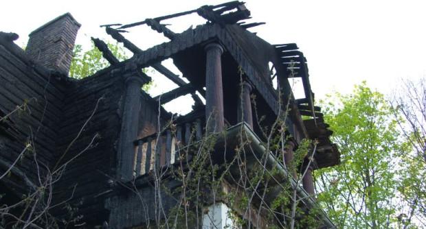 W pożarze z soboty na niedzielę spaliło się poddasze zabytkowej Willi Orlej. Szybka interwencja strażaków uchroniła obiekt przed całkowitym zniszczeniem.