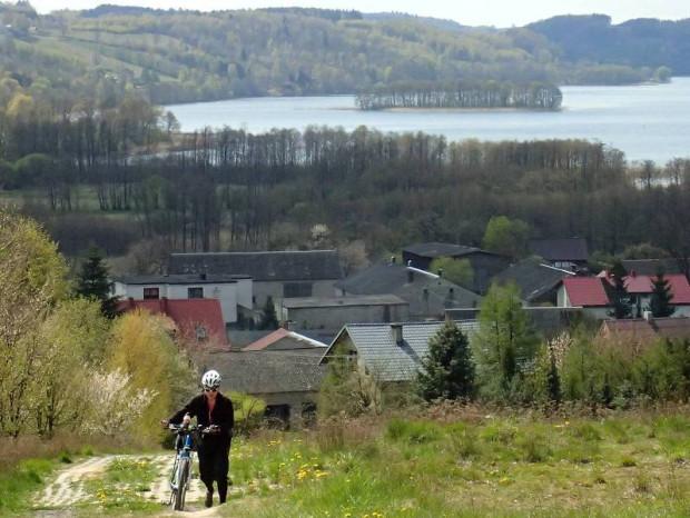 Jeziora Raduńskie i Wzgórza Szymbarskie to perełki Pojezierza Kaszubskiego, świetne pod kątem wszelakiej maści turystyki.