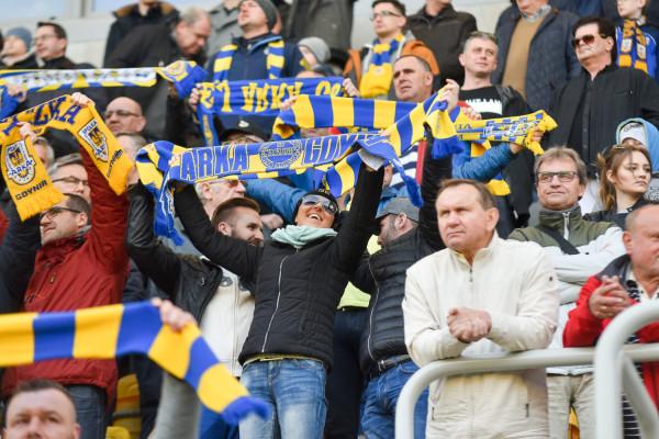 Kibice Arki przygotowani do świętowania awansu we wtorek. Klub szacuje, że na meczu z Bytovią może pojawić się około 8 tysięcy kibiców.