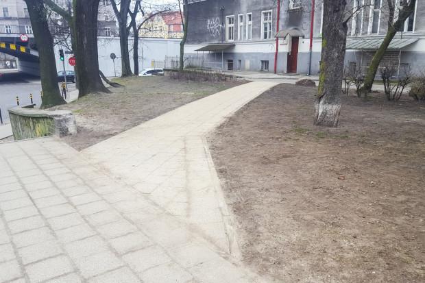 Na skwerze w pobliżu dworca kilka tygodni temu dzięki współpracy rady dzielnicy z ZDiZ-em wykonano chodnik w miejscu wydeptanej ścieżki.