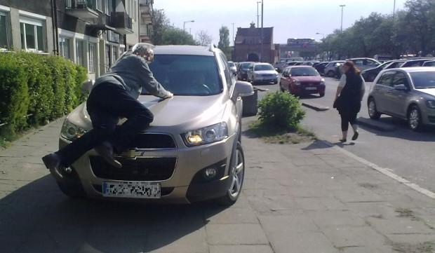 Pan Zdzisław ma nadzieję, że mandat i nagłośnienie zdarzenia sprawi, że kierująca nie będzie jeździć już po chodniku.