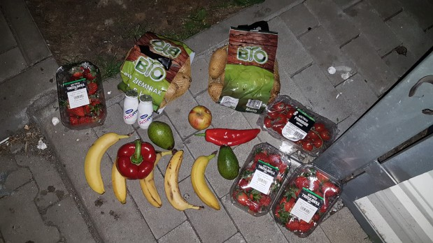 W jednym ze śmietników znalazłyśmy m.in. ziemniaki bio, truskawki, dojrzałe awokado i jogurty.