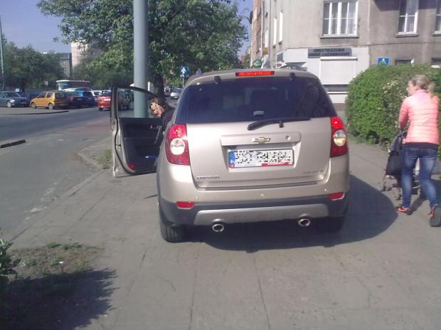 Gdy kobieta chciała wycofać, drogę zagrodził jej inny przechodzień. Chwilę później na miejscu pojawiła się policja.