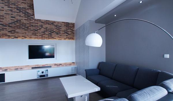 Warto zadbać o izolację akustyczną w strefie wypoczynkowej. Z pomocą przyjdą materiały wykończeniowe na ściany, takie jak cegła czy panele dekoracyjne.
