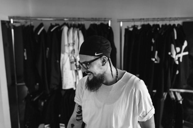 """Oskar Podolski """"OESU"""" - artysta, grafik, malarz, projektant, filmowiec. Rocznik 1984, urodzony w Warszawie, mieszka w Gdyni."""