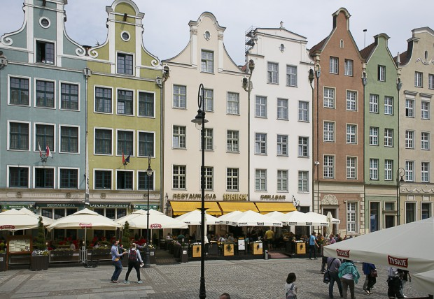 Na zagospodarowanie przez nowego właściciela czeka kamienica przy Długim Targu 30 (brązowy budynek z prawej strony zdjęcia).