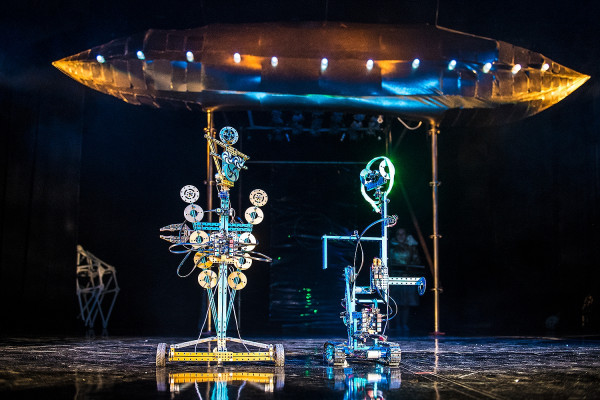 """Zdalnie sterowanie przez aktorów roboty Trurl (po lewej) i Klapaucjusz (po prawej) to główni bohaterowie """"Bajek robotów"""", najnowszej premiery Teatru Miniatura."""