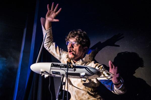 Theremin, nietypowy instrument, który wydobywa dźwięk gdy zbliża się do niego dłonie, jest częścią oprawy muzycznej przedstawienia, przygotowanej przez Smolika. Na zdjęciu Piotr Srebrowski.