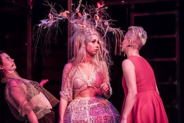 """Spektakl """"Kumernis, czyli o tym jak świętej panience broda rosła"""" autorstwa i w reżyserii Agaty Dudy-Gracz otrzymał Grand Prix Festiwalu R@Port i 50 tys. zł."""