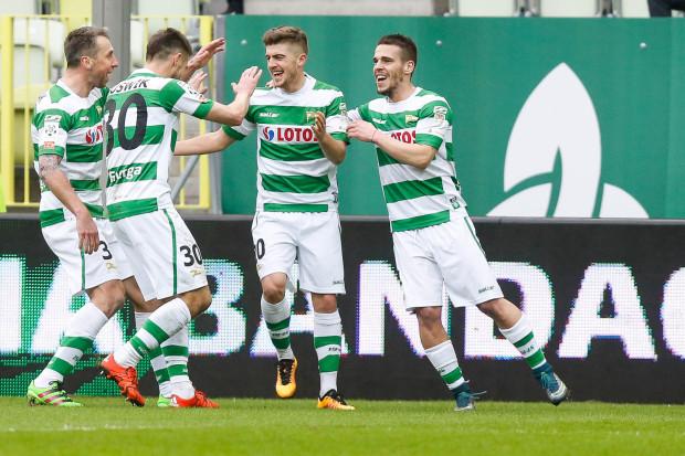 Michał Chrapek (drugi z prawej) długo czekał na zaufanie trenera w Lechii Gdańsk. Gdy wreszcie się doczekał, zagrał tak dobrze, że od naszych czytelników otrzymał największą średnią not ze wszystkich biało-zielonych w minionym sezonie.