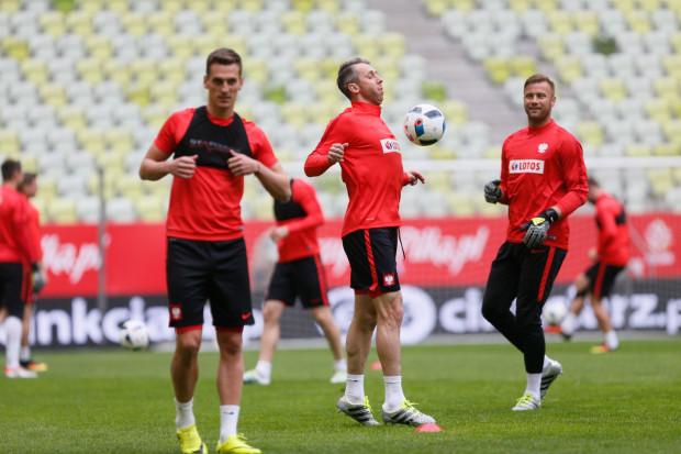Jakub Wawrzyniak (w środku) po raz trzeci pojedzie na finały mistrzostw Europy i liczy, że wreszcie na turnieju tej rangi będzie podstawowym piłkarzem reprezentacji Polski.