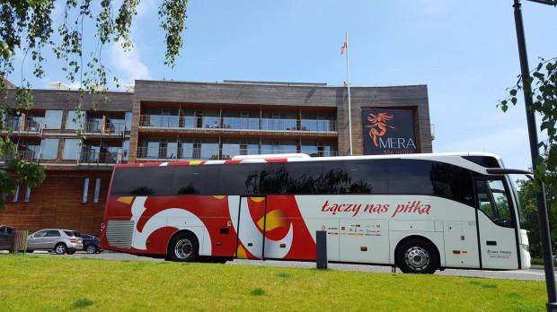 Autokar polskiej reprezentacji w Sopocie przed Hotelem Mera.
