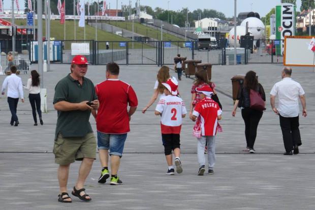Pierwsi kibice biało-czerwonych już pod stadionem.