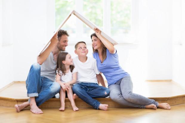 Rodziny, zwłaszcza wielodzietne, których nie stać na zaciągnięcie kredytu, a mają zbyt wysokie dochody by ubiegać się o mieszkanie od gminy, będą mogły w pierwszej kolejności liczyć na pomoc w ramach programu Mieszkanie plus.