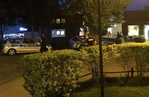 Policjanci obezwładnili mężczyznę, skuli go, odebrali mu broń i zamknęli go w radiowozie.