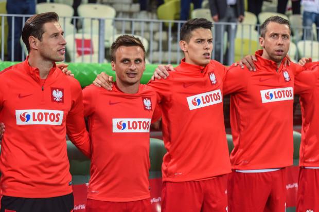 Jakub Wawrzyniak (pierwszy od prawej) zagrał z Litwą 90 minut. Sławomir Peszko (drugi od lewej) wszedł do gry w 77. minucie. Na murawie, po kontuzji, po raz pierwszy pojawił się Grzegorz Krychowiak (pierwszy od lewej).