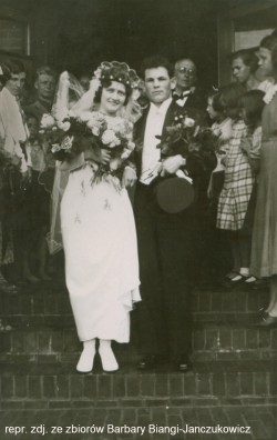 Ślubu Janowi i Elżbiecie udzielił w kościele Chrystusa Króla ks. Alfons Muzalewski. Nowożeńcy należeli do harcerstwa, stąd w uroczystości wzięli udział członkowie tego ruchu.