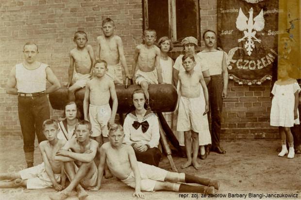 """Jan był członkiem między innymi Towarzystwa Gimnastycznego """"Sokół"""" w Sopocie. Na zdjęciu stoi przed kozłem."""