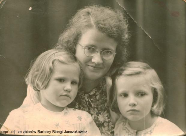 To zdjęcie Elżbieta Bianga wysłała mężowi, kiedy przebywał w jednym z niemieckich obozów koncentracyjnych. Oprócz niej na zdjęciu znajdują się córki: Janina i Barbara.