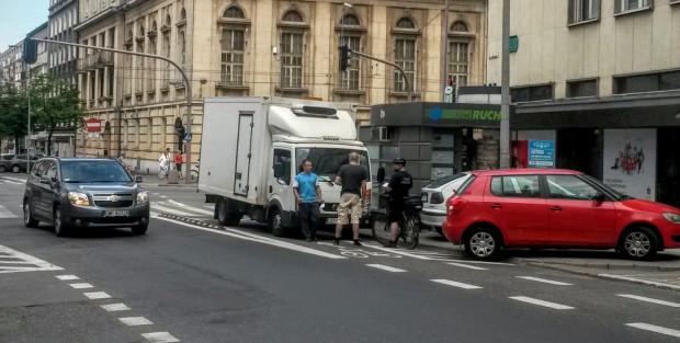 Strażnik miejski wypisuje mandat za parkowanie i zablokowanie całego kontrapasa. Niestety, wciąż zdarzają się kierowcy, którzy traktują pas rowerowy jak parking.