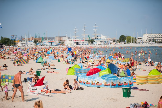 Ładna pogoda sprzyja plażowaniu, ale żeby było ono przyjemne plaże muszą być posprzątane.