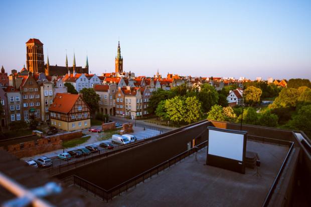 Tegoroczne kino plenerowe to wielki powrót Gdańska w unikatowej odsłonie Kina na Szekspirowskim. Nie zabraknie też tradycyjnych pokazów w Gdyni i Sopocie.