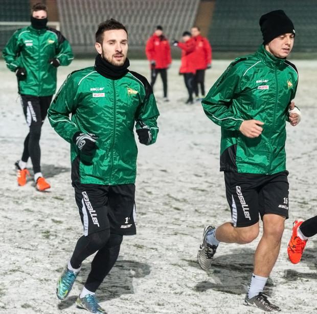 Maciej Makuszewski (z lewej) i Ariel Borysiuk zimowe przygotowania rozpoczynali z Lechią. Ostatecznie żaden z nich w 2016 roku nie zagrał w gdańskiej drużynie.