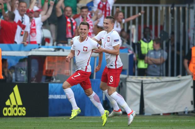 Radość Arkadiusza Milika po zdobyciu gola w meczu z Irlandią Północną. Napastnikowi gratuluje Artur Jędrzejczyk.