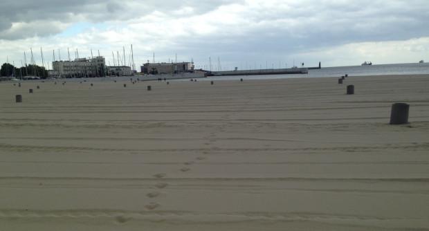 Sprzątanie odbywa się bez względu na pogodę. Tak wyglądał fragment plaży w śródmieściu Gdyni w środku zeszłego tygodnia.