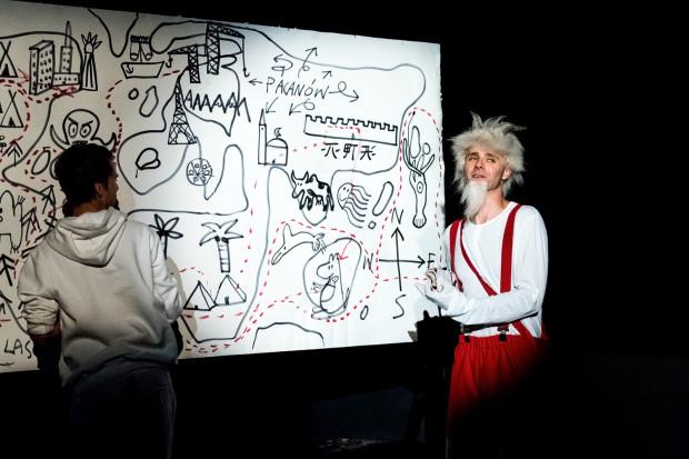 """Dużym atutem """"Przygód Koziołka Matołka"""" jest warstwa plastyczna spektaklu, kreowana w dużej mierze """"na żywo"""" na oczach widzów przez rysownika Macieja Salamona."""