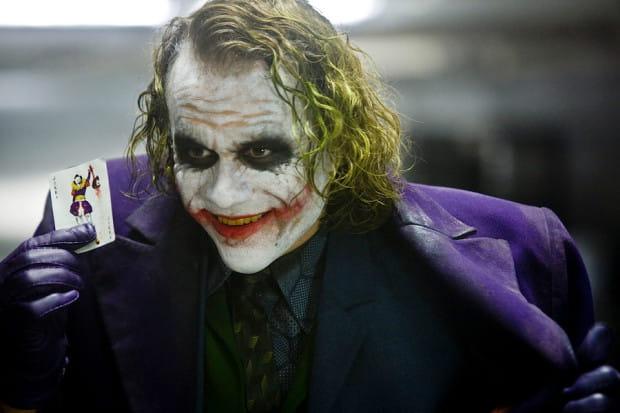 Joker Christophera Nolana pokazał, że psychopatyczny, zdegenerowany, obłąkany i brutalny aspołeczenik wcale nie potrzebuje językowych wzmacniaczy do podkreślenia swojego szalonego ego. Może to dobry trop dla innych filmowców?