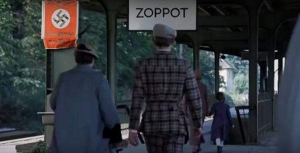 """Sopocki dworzec w """"Medium"""" był tak naprawdę dworcem ... oliwskim. To w Gdańsku ekipa filmowa zdecydowała się nakręcić ujęcia, bo w opinii operatorów to dworzec w Oliwie najwierniej oddawał realia przedwojenne."""